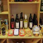 Temos uma variada selecção de produtos gregos que podem ser levados para casa ou consumidos no l