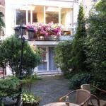 Jardín interno , la ventana con flores es la del Comedor