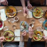 Vi serverer måltider der deles ved bordet. Madstilen er ærlig, enkel og smagsfyldt.