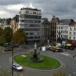 Вид из окна номера на площадь, на которой находится отель