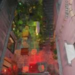 Um lounge, visto do corredor que dá para os quartos.