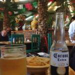 Corona com tortillas e fundo bem mexicano