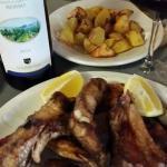 Grigliata con patate al forno accompagnate da vino di Bolgheri
