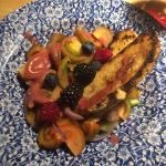 Crostini caldi con frutti di bosco, cipolla rossa e pomodorini