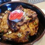 豚丼。甘くない生姜焼きのような味です。