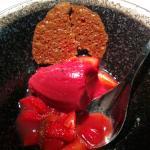 sorbet, fraises et croustillant