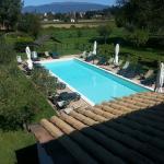 Veduta di una parte del giardino con piscina