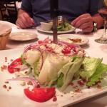 Salat am Stück mit Dolch