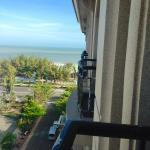 Вид из номера на пляж отеля с балкона