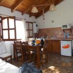 Interior de la cabaña: cocina comedor