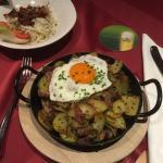 Tipico piatto con patate e uovo