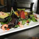 Salade de jeunes pousses et ses agrumes, accompagnées d'avocat-crevette