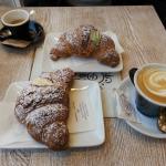 Cornetti alla ricotta e alla crema di pistacchio. Caffè e cappuccino.