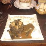 cordero braseado y lasagna de vegetales y carne