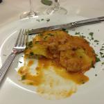 Ravioloni all'uovo con ripieno di pesce ( orate e gamberi) serviti con un sugo di pomodoro, fumo