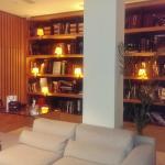 Salón con biblioteca en la entrada del hotel