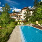 Pool, Garten und Hotelansicht