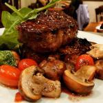 ojo de bife a la pimienta con verduras asadas