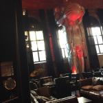 Une partie du restaurant avec la statue majestueuse de 8 mètres de haut