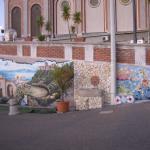 Роспись стены возле храма.
