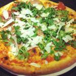 Pizza tirolese: speck, zola, rucola e grana
