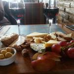 Sarap ve peynir tabağı