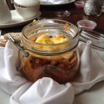 Verrine brouillade d'œufs, ratatouille et saucisses italiennes. Présentation originale et plat t
