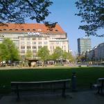 Площать с кафе, фонтан и Торговый центр