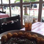 Vazio Gralhado com um molho delicioso e bolinhos de batata, é de comer ajoelhado.