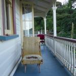 Völlig kaputte Möbel auf dem Balkon