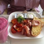 Smoothie with big brekky