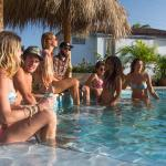 disfrutando con amigos en piscina