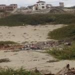 Acceso a las casas lleno de basura, escombros y ratas