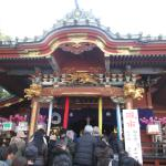 稲荷神社の本殿です。初午の凧市の風景です。