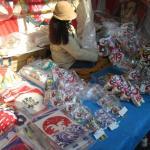 初午の凧市で境内で凧を売っています。