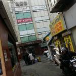 1号線東大門駅5番出口上がり、「コンナムルパプ」屋の角を曲がるとホテル。