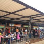 Suasana di sekitar food stall. Di depannya juga terdapat tenda besar dengan banyak meja untuk ma