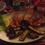 Gamberoni su un letto di verdure grigliate