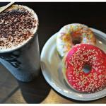 Cappuccino Noisette avec donuts vanille fraise.