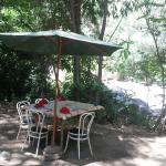 mesita en el jardín