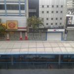 Foto da frente do hotel, tirada da janela do quarto. Essa estrutura na rua é do terminal de ônib