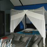 le canapé et le lit baldaquin, très romantique