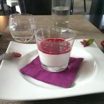 Pana cota coulis framboise avec éclats de pistache