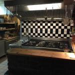 Die zentrale, offene Küche des Restaurants