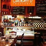 Der Blick zur offenen, zentralen Küche des Restaurants Salento