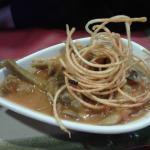 Un caliente plato de alcachofas