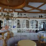 In diesem sehr hellen und liebevoll gestalteten Raum gibt es die Mahlzeiten
