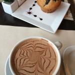 chocolate caliente, con panque de moras azules