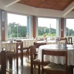Salon desayunador con vista a la avenida costanera y la playa