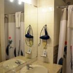 Banheiro com toalhas e secador